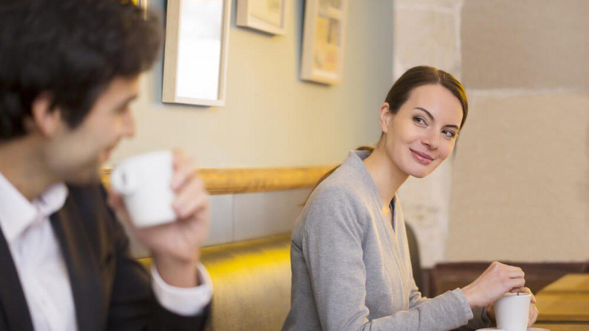 Flirtsignale der Frau richtig deuten: Tipps